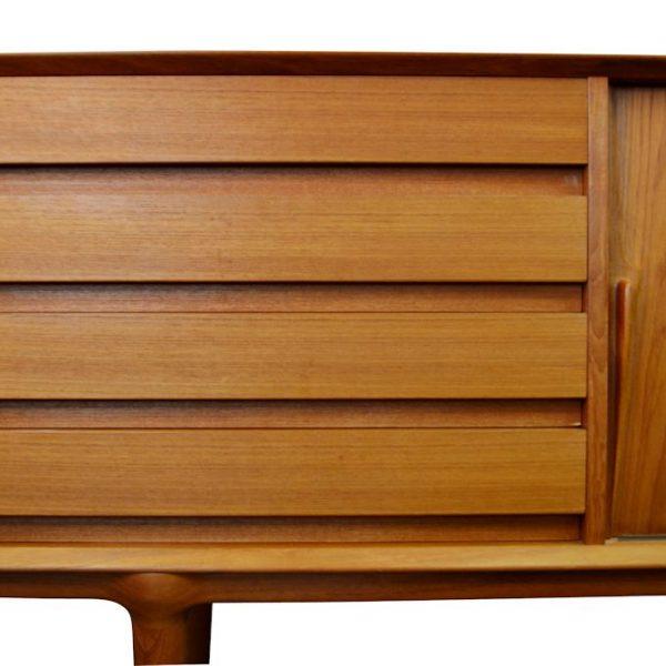 Gunni Omann Jun, model 18 teak dressoir (detail)