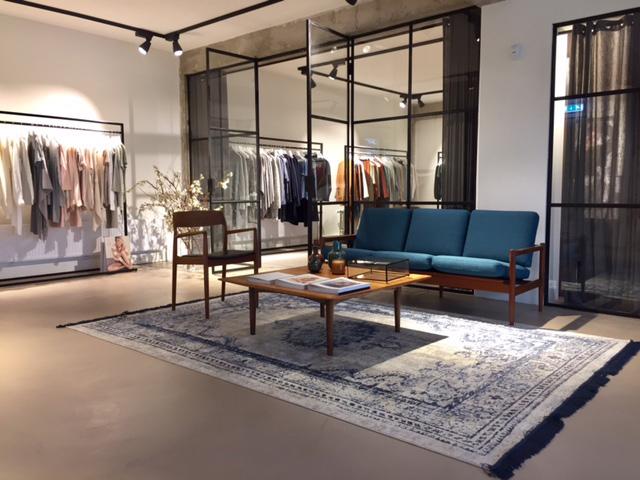 De vintage bank in het winkelinterieur van Knit-ted Amsterdam