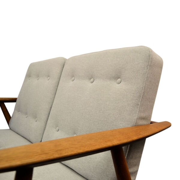 "Hans J. Wegner Two-seater Sofa Model GE-240/2 ""Cigar"" - detail"