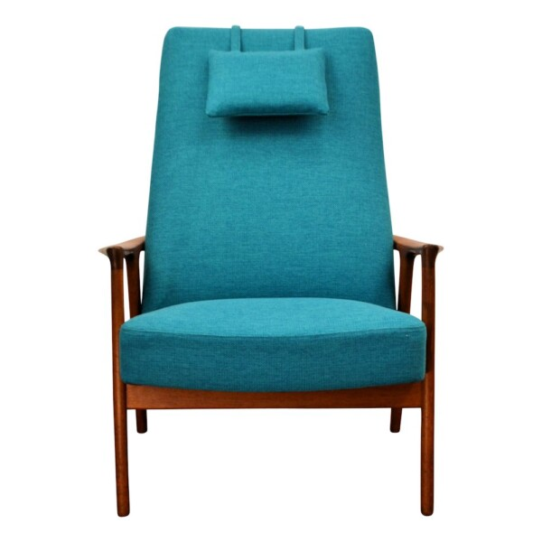 """Vintage teak armleuningstoel ontworpen door Bröderna Anderson in de jaren 60 in Zweden. Dit model """"Peter"""" heeft een zeer prettig zitcomfort en is voorzien van een bijpassende hoofdsteun voor nog meer comfort. Deze fauteuil heeft een prachtig ontworpen frame dat vanuit de achterkant doorloopt in de armleuningen en de poten. De fauteuil is opnieuw bekleed met een blauw/groene frisse stoffering. Een fauteuil die past in zowel een klassiek als modern interieur ! Producent/Ontwerper:Bröderna Andersson Maatvoering: Zithoogte 40 cm, rugleuning 80 cm h, 74 cm br Materialen: Teak, stof Conditie:De fauteuil verkeert in zeer goede vintage staat. De fauteuil is voorzien van een nieuwe fris blauw/groene bekleding. Artikelnummer:018777 [hupso]"""
